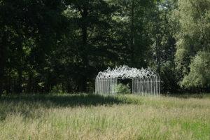 cecile_le_talec_folies_melodiques_2019_vue_d_installation_parc_de_sculptures_les_tanneries_cac_amilly_photo_simon_castelli_kerec_courtesy_les_tanneries_cac_amilly